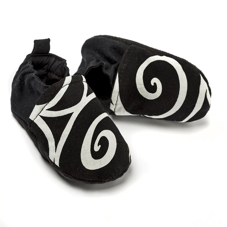 Liliputi Babywearing Shoes - Elegance  * organic cotton babywearing shoes with soft micro-polar fleece sole comfortable, breathable textile outside easy to put on with a flexible strap that keeps them on/in place * colours in harmony with the Liliputi Rainbow Collection * in 3 sizes: from 0 to 12 months