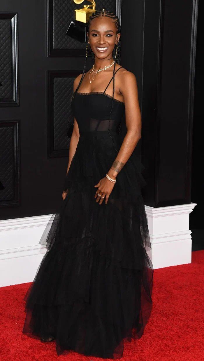 Grammys 2021 Red Carpet Fashion, Dresses Tiara Thomas, Strapless Dress Formal, Formal Dresses, Tulle Gown, Fabulous Dresses, Red Carpet Fashion, Couture, Her Hair, Awards