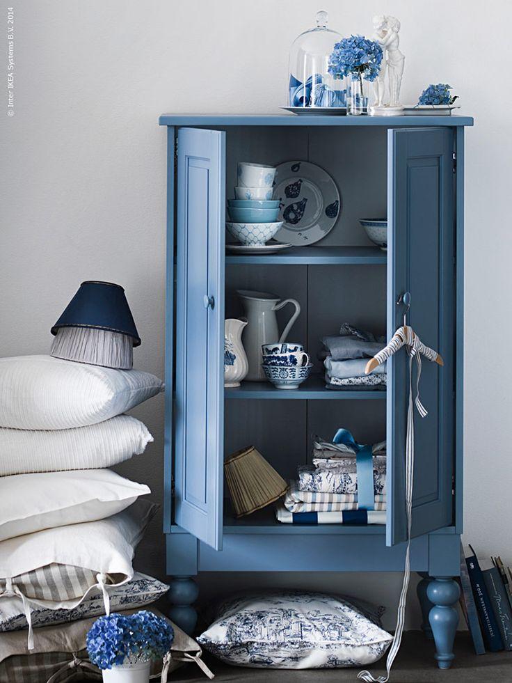 En svalkande färgskala är det allra hetaste just nu! Bleka blå toner syns överallt, från violett till svävande ljusblå förgätmigej.  Suget efter blått kommer som ett brev på posten när sommaren knackar på.  Vi ser mycket skräddade denimplagg och jeans i alla slags blå toner och  tvättar. Inom inredning gäller blåvitt porslin, ikat- och småmönstrade  tyger, och såklart marina ränder i alla bredder. Att kombineras med  skiraste vitt, naturtoner och grånat trä, inspirerat av salta hav och  ...