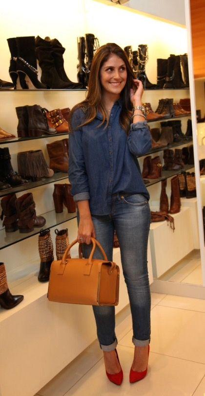 | Look All Jeans - Com toque de cor no sapato e na bolsa! |