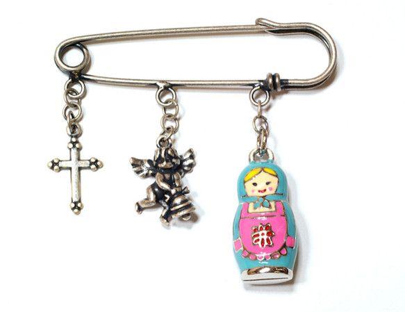 小さなマトリョーシカ人形と天使、レトロな十字架を組み合わせたバッグ・チャームです。マトリョーシカは、青い服とスカーフにピンクのエプロンをして、ニコッとした笑顔...|ハンドメイド、手作り、手仕事品の通販・販売・購入ならCreema。