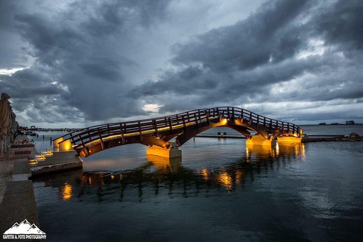 Η Γέφυρα το σούρουπο φωτισμένη.