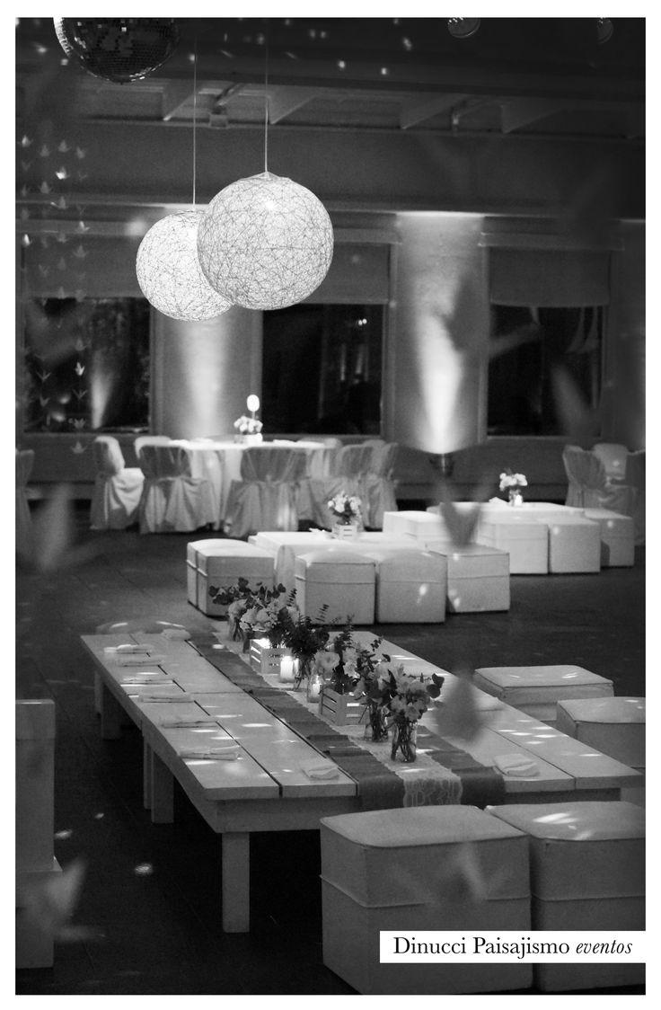 Deco living principal #byn #black&white #boda #wedding #deco #ambientación #arreglofloral #flores #lamparas #rústico #vintage #chic #vintage #almohadones #casamiento #centrodemesa
