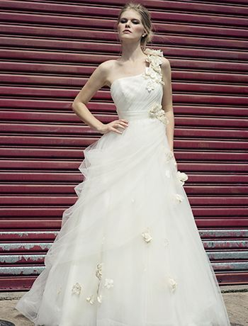 Henry Roth Esther Colour Full Ivory (including flowers unlike picture) Size 14 Price $1000