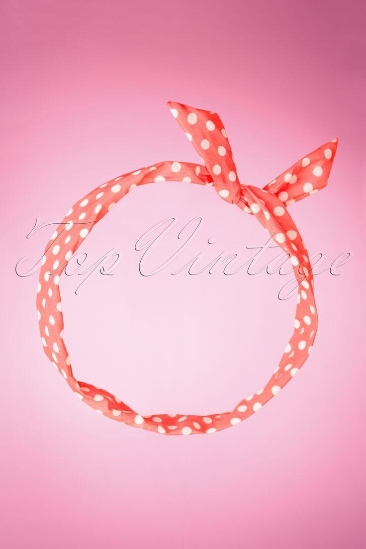 Deze 50s Dot Pin-Up Hair Scarf in Pink and Whitevan Collectif is voor echte vintage lovers!Krullen? Stijl haar? Gevlochten haar? Bruin, blond, rood of zwart haar? Al had je paars haar, dan stond je dit schattige polkadot sjaaltje nog steeds super! Uitgevoerd in een licht roze chiffonachtige stof met witte polkadots en een ijzerdraad zodat het sjaaltje altijd zit zoals jij dat wil. Kunnen wij het dragen? Yes we can!