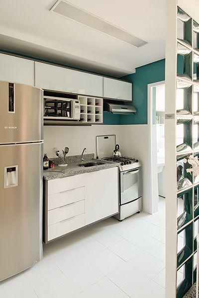 Os espelhos bem explorados e cores suavemente combinadas também são os trunfos deste apartamento. O resultado ficou charmoso, confortável e convidativo.