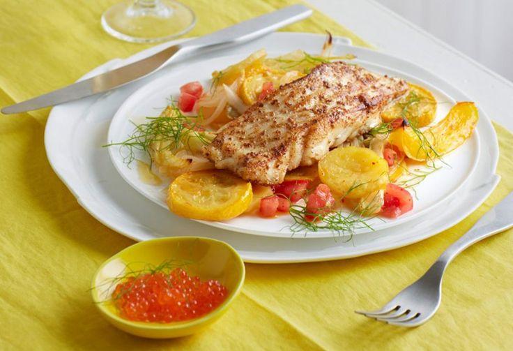 Mit Koriander, weißem Pfeffer und Fleur de sel gewürzt und in Butter gebraten: Kabeljau auf Paprika, Zucchini und Fenchel mit Forellenkaviar.