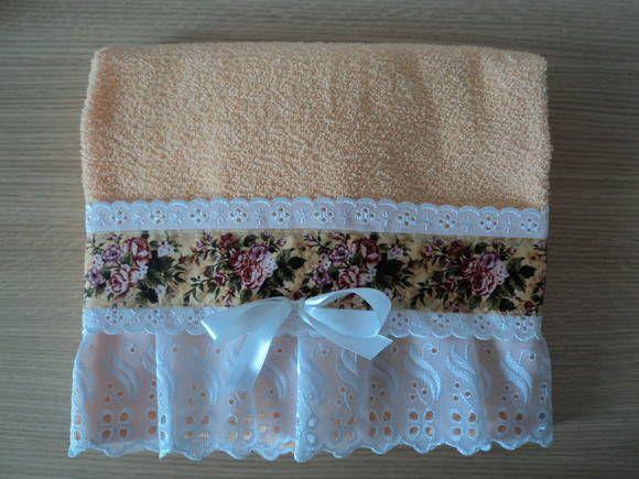 Toalha romântica com acabamento em tecido renda e broderi. Pronta entrega.