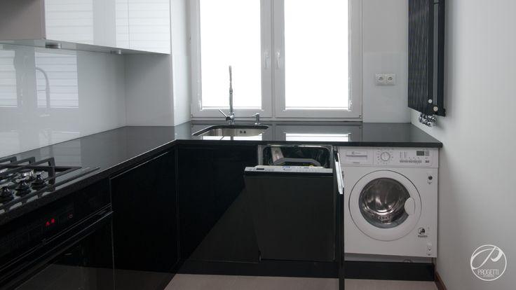 Apartament w Łomiankach  Kuchnia w kolorze czarnym i białym. Miejsce na pralkę w kuchni.  Progetti Architektura