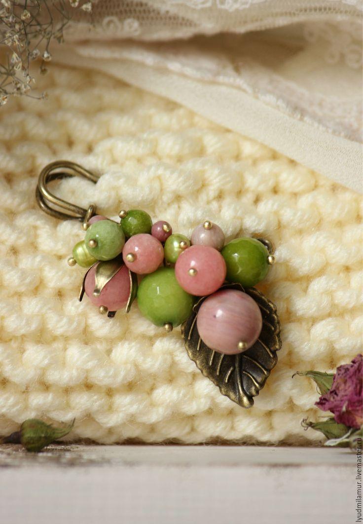 Купить или заказать Брошь 'Весенняя нежность' в интернет-магазине на Ярмарке Мастеров. Весенняя брошка-булавка в нежно-розовых и зеленых оттенках. Выполнена из бусин агата, нефрита, родонита, жемчуга и листика цвета античной бронзы. Идеальна для объемных кофт и шарфиков, можно украсить любимый теплый пиджак или пальто.