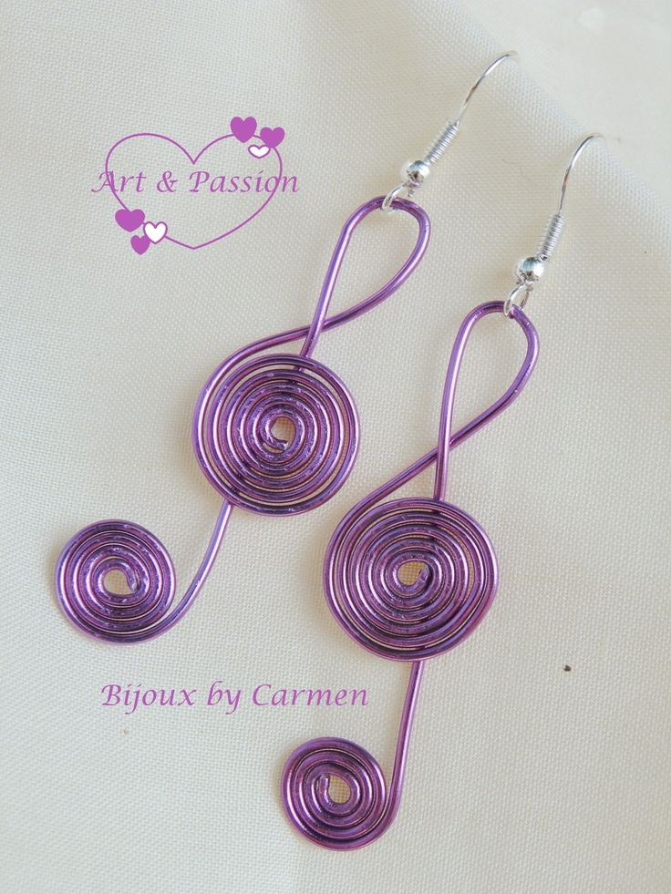 """orecchini """"chiave di violino"""" realizzati con tecnica wire con filo di alluminio color glicine"""