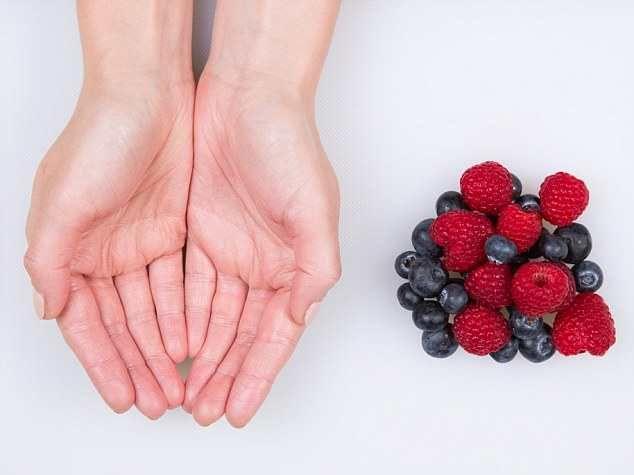 Одна из пяти порций фруктов в день - это пригоршня ягод, помещающаяся в ваших ладонях.  Такое количество ягод содержит примерно 90 калорий, однако другие фрукты например, виноград, содержат больше сахара и около 161 калорий.