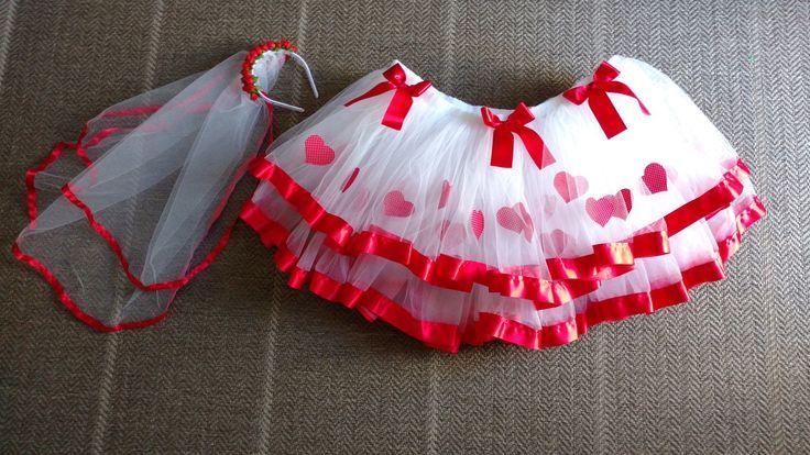 Saia em tule branco, com detalhes em vermelho.  Personalize com as medidas adequadas e cores da sua preferência.