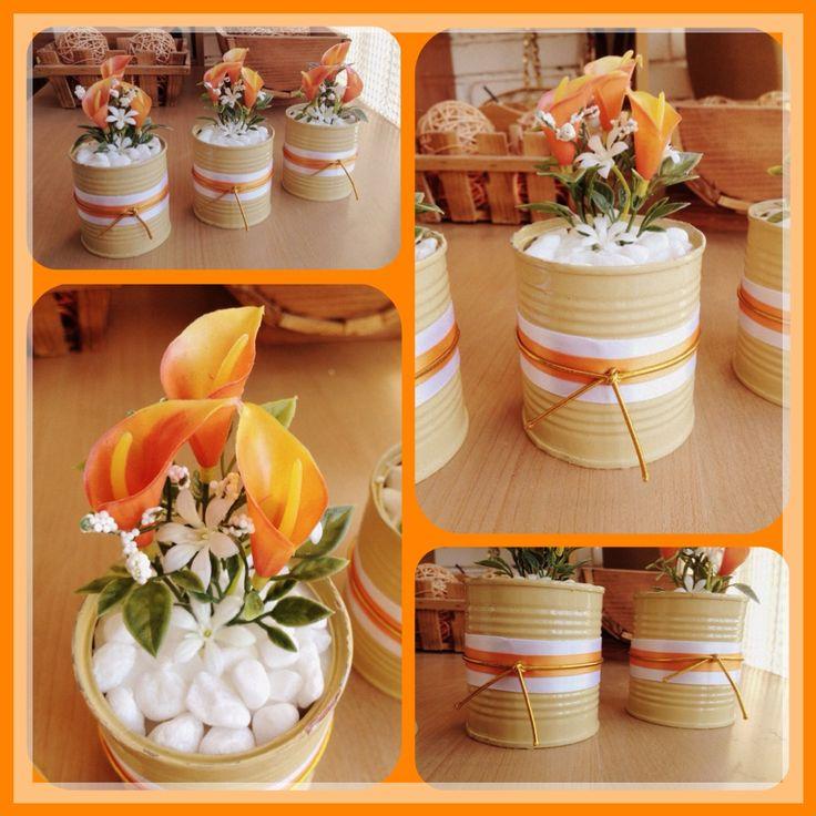 Floreritos decorativos con latas de maiz, se pone unas cintas y flores artificiales de esas pequeñitas, y te queda algo super colorido en cualquier rincon de tu casa ... En este caso en tonos Naranjas .../ DIY by Luz Arias