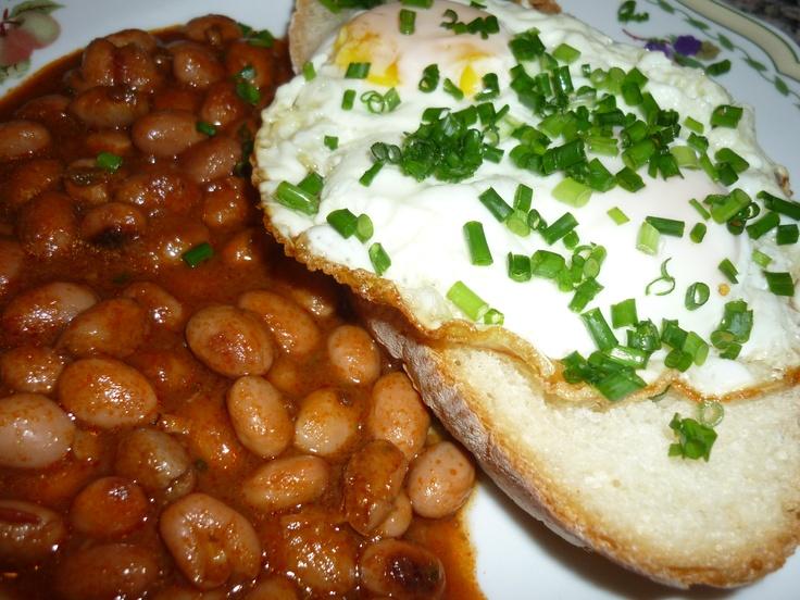 Eggs with chives, chilly beans and baked brad/Uova al tegamino con erba cipollina, pane tostato e fagioli piccanti