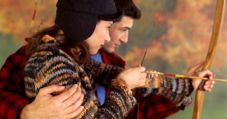Como fazer um arco e flecha simples com galhos. O arco e flecha é um instrumento antigo para caçar e guerrear. É usado para competições de tiro ao alvo e são populares hoje em dia. Crianças frequentemente fazem suas próprias versões de arco e flecha, fingindo ser índios ou cavaleiros medievais. Fazer um arco e flecha simples requer um pouco mais que apenas galhos.