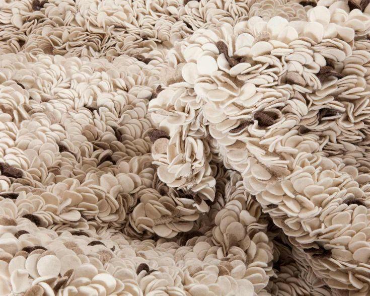 Den indiske håndlavede filt tæppe kan også fås i andre farver, som denne beige farve. Den byder på varme i dit hjem. Tjek den ud på Sukhi.dk #Bolig #Indretning #Hjem #Skandinavien #Beige #boligindretning