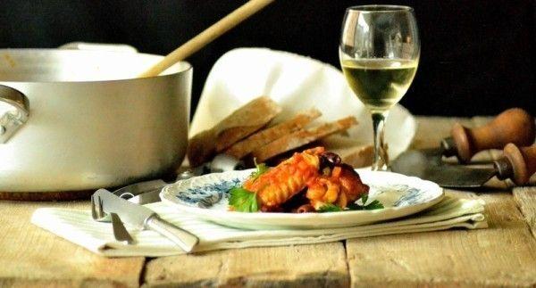 Jægerens kyllingegryde med tomat, oliven og kapers er den klassiske italienske familieopskrift. Se hvor let man laver pollo alla cacciatora..