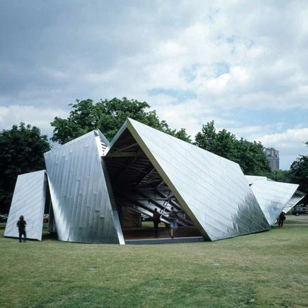 Pavilhão em aluminio de Daniel Libeskind que faz alusão a um origami