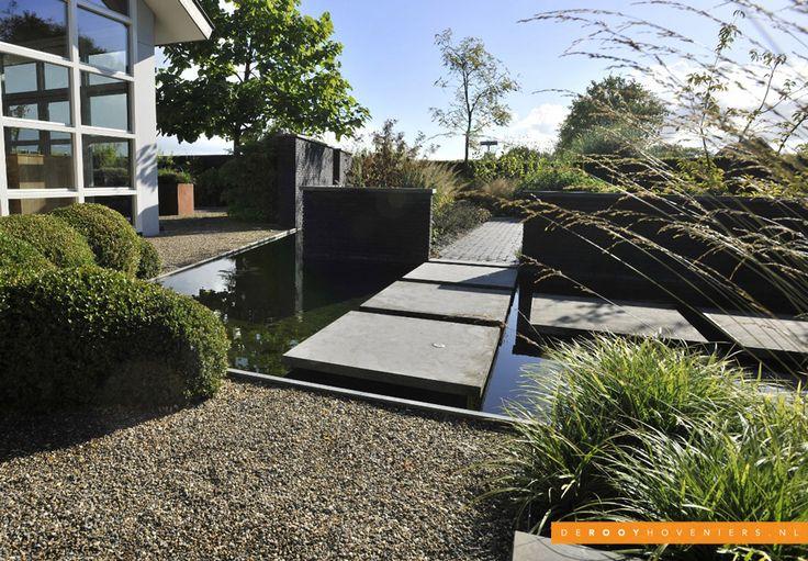 Tuin ideeën De Rooy Hoveniers bedrijfstuin vijver grote tegels Dussen