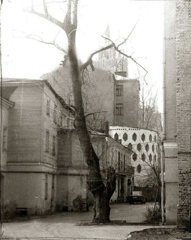 Фото 1985 г. А. Рубинина. Вид на дом К.Мельникова с Кривоарбатского переулка.