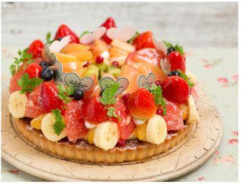 Seasonal Fruits Tart 季節のたっぷりフルーツタルト 季節のフルーツをふんだんに使用した贅沢なタルト。サクサクのアーモンドタルトにカスタードクリームを重ね、りんごのコンポートやいちごなどたっぷりのフルーツを彩り鮮やかに飾りました。