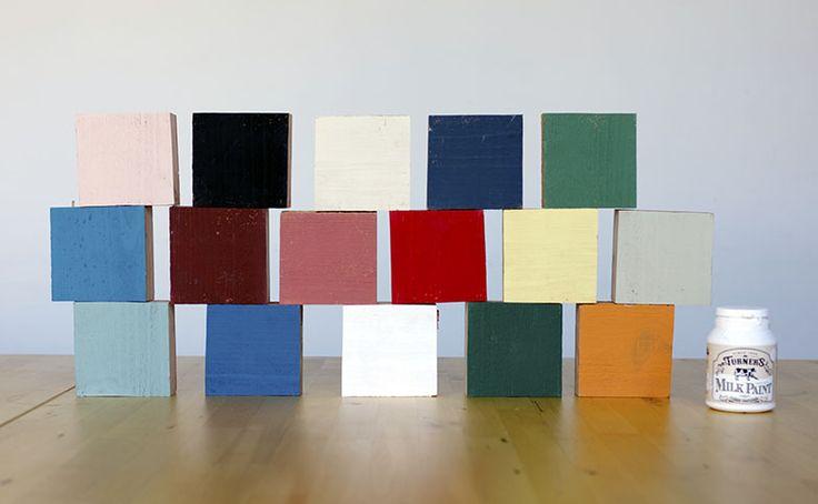 ターナー色彩塗料が作っている「ミルクペイント」全16色の色見本を作ってみました。赤みがかった杉の足場板を使用し、塗装面をサンドペーパー(100番)で軽く整えてから塗料を1度塗りしています。同色系ごとにまとめているので、ミルクペイントの色味の違いを参考にしてほしい。