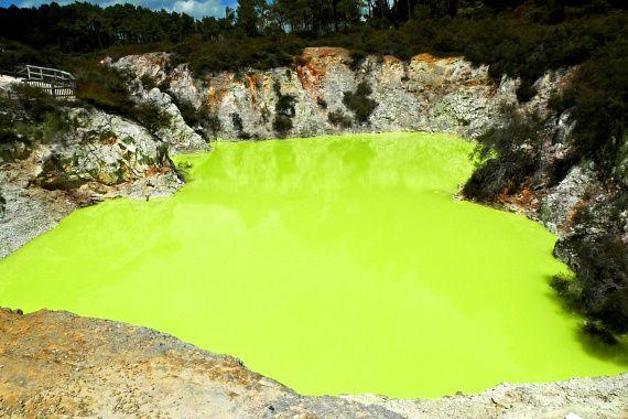Igazi képek: tényleg léteznek a szivárvány színeiben játszó tavak - Nézd meg a hihetetlen csodákat!   femina.hu