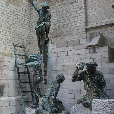 Un groupe sculpté représentant les bâtisseurs de la cathédrale Notre-Dame d'Anvers, sur l'un des bas-côtés de l'édifice.  Liens :   Plan de la cath