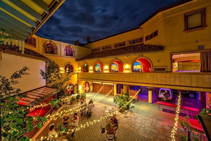 Ettalong Tourist Resort is themed around a Mediterranean village. The Italian restaurant here has exceptional food and features an outdoor cinema!