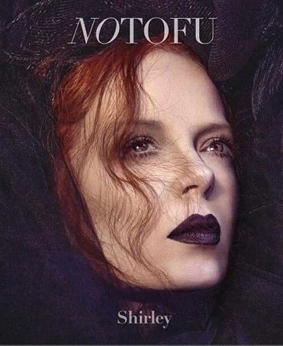 Hoje em dia, a Lorde pode estar deixando todo mundo com vontade de sair por aí de batom bem escurão – o que lhe rendeu até uma parceria com a MAC -, mas antes dela havia Shirley Manson.A vocalista do Garbage sempre tinha um pé no gótico (ou dois...