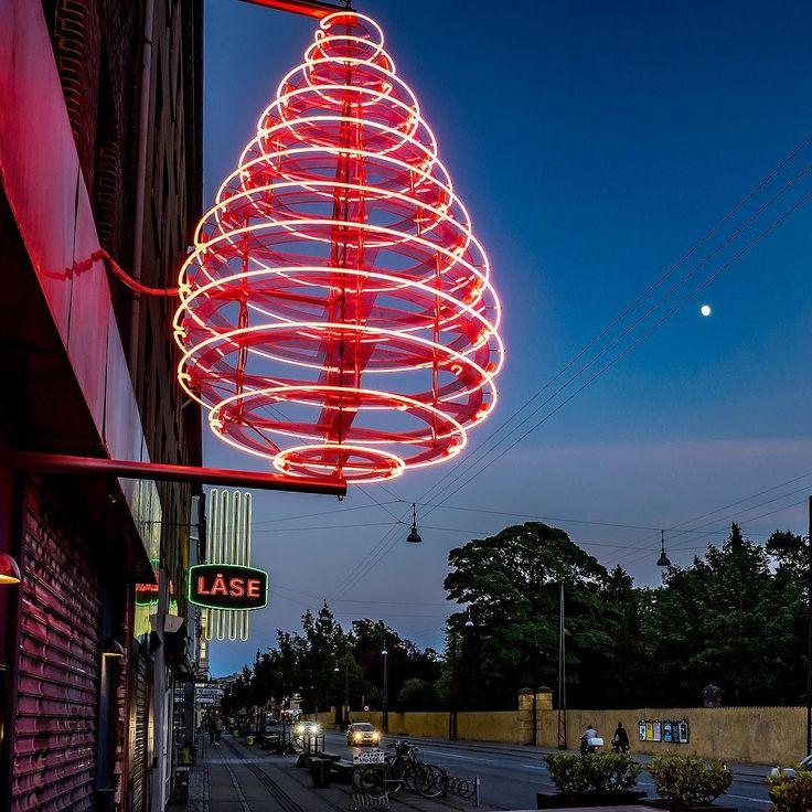 Copenhagen Impressions!  Die Dönerläden sind schon auf Weihnachten eingestellt. Zumindest leuchtet der Dönerspieß schon sehr eindrucksvoll in der Nacht.  #Copenhagen #Kopenhagen #olympus #olympuscamera #sightseeing  #travel #denmark #street #danmark #city #citytrip #Scandinavia #keepmoving #traveling #travelgram #københavn #travelguide #neverstopexploring #wonderlustcopenhagen #döner #food #fastfood #christmas