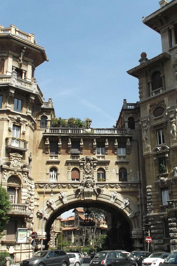 L'arco tra i Palazzi degli Ambasciatori, che introduce nel quartiere Coppedè da via Tagliamento