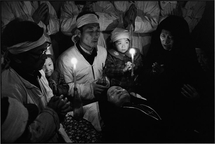 CHINA. Shaanxi Province. 1995. Believers pray for the soul of the dead so that it may reach heaven soon.