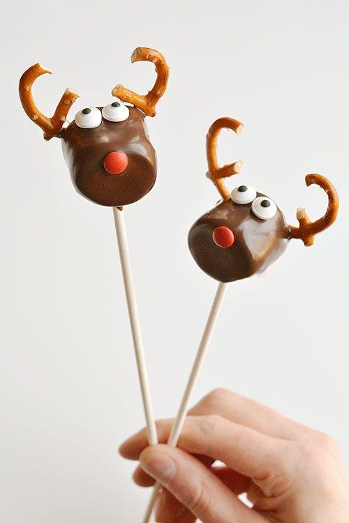 Ezek a csokoládéval borított mályvacumorok annyira aranyosak és SO EASY!  És ha sötét csokoládét használsz, tényleg ízlelgetnek is!  Egyszerű és imádnivaló!