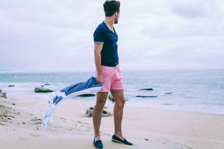 Maillot Trawangan Pink Brazilian Lençois : https://fr.gilis.com/produit/pink-brazilian-lencois/  Tee-shirt Navy col tunisien : https://fr.gilis.com/produit/t-shirt-bleu-marine-encolure-tunisienne/  Fouta : https://fr.gilis.com/produit/serviette-fouta/