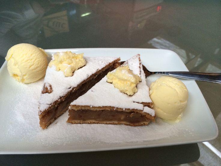 Placinta cu mere, inghetata si sos de vanilie www.restaurantnoname.ro
