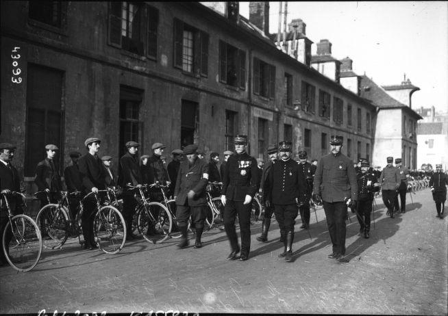Le 5 (i.e. 4) novembre 1914, le général Galliéni (gouverneur militaire de Paris) passant en revue les sociétés de préparation militaire (à l'Ecole militaire de Paris, ici une troupe de cyclistes) : photographie de presse / Agence Rol