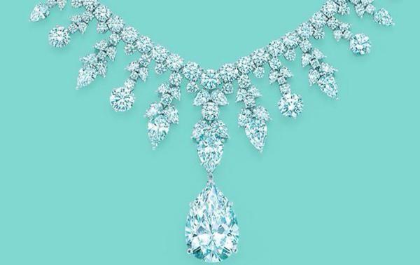 Tiffany Co Majestic Diamond entre os colares mais caros do mundo. Definido em platina, o colar Majestic Diamond tem como pedra central em forma de pêra, o pingente de diamante solitário possui em torno de 41.4 quilates.