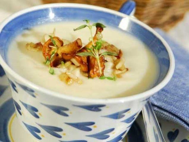 I den här lena soppan samsas tre svenska höstsmaker på ett fantastiskt sätt. Mild jordärtskocka, friskt äpple och smakrik kantarell.