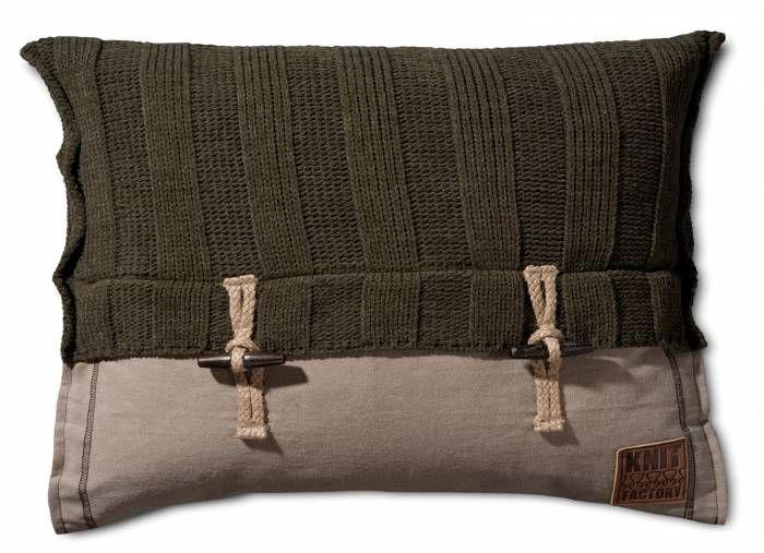 6x6 Rib Kussen 60x40 Groen  Description: Maak je inrichting helemaal af met dit unieke Kussen 6x6 Rib van Knit Factory. Kussens zijn bovendien niet alleen fijn om tegenaan te kruipen maar ze verfraaien ook nog eens je interieur. Dit leuke kussen van 60 bij 40 cm bestaat uit een combinatie van breiwerk en 100% kwalitatief katoen. De fijne details maken van het kussen een echte blikvanger! Leg het op de bank een loungestoel of op het bed en creëer zo een knusse sfeer in huis. Dankzij zijn…