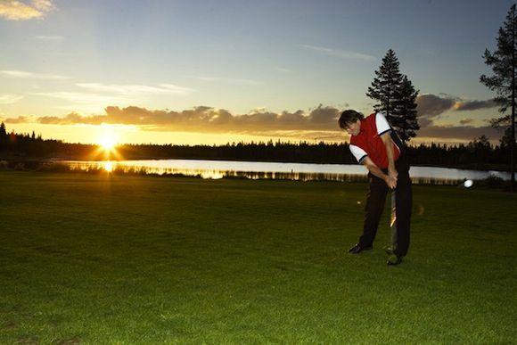 Golf en Finlandia bajo el sol de medianoche. Practica tu deporte favorito en algunos de los mejores campos de golf de Finlandia bajo las luces del sol de medianoche.