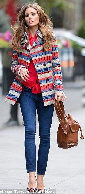 Look bem colorido e divertido trazendo criatividade. O casaco mais estruturado deixa o look mais elegante e traz mais força chamando a atenção para a parte de cima do corpo. O jeans traz um pouco do esportivo e do conforto e deixa o visual menos careta. A sapatilha também estampada ajuda a deixar o look totalmente integrado.