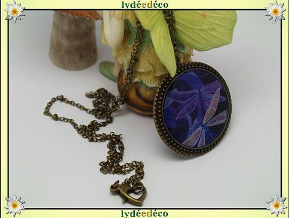 Collier rétro vintage Libellule bleu violet beige retro resine et laiton bronze medaillon 25mm