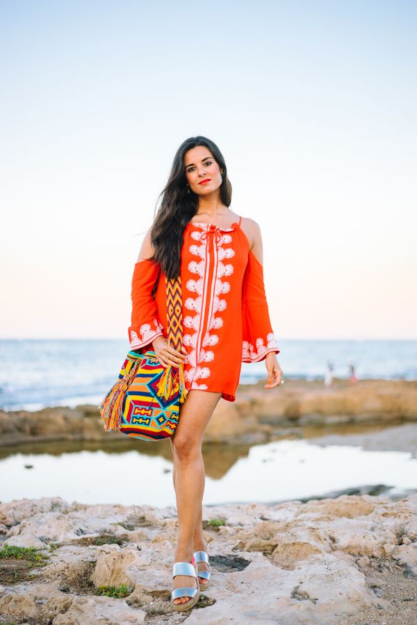 Orange Beach Dress vestido de playa naranja con hombros al aire sandalias plata…