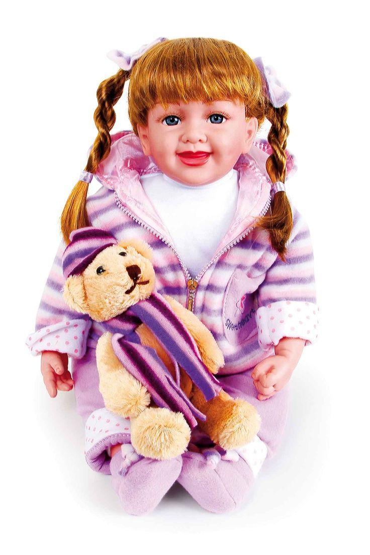 Innemend blauwe ogen en koperrode haren heeft deze kleine tovermuis met hoofd en ledematen van vinyl met lachrimpels. Altijd erbij is haar kleine vriend, een leuke teddy om te knuffelen.