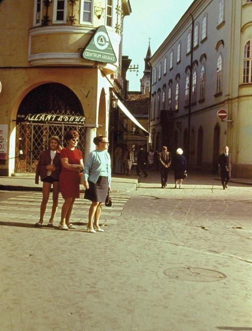 Városház tér a Kossuth utca felé nézve, balra a Koronázó (Szabadság) tér.