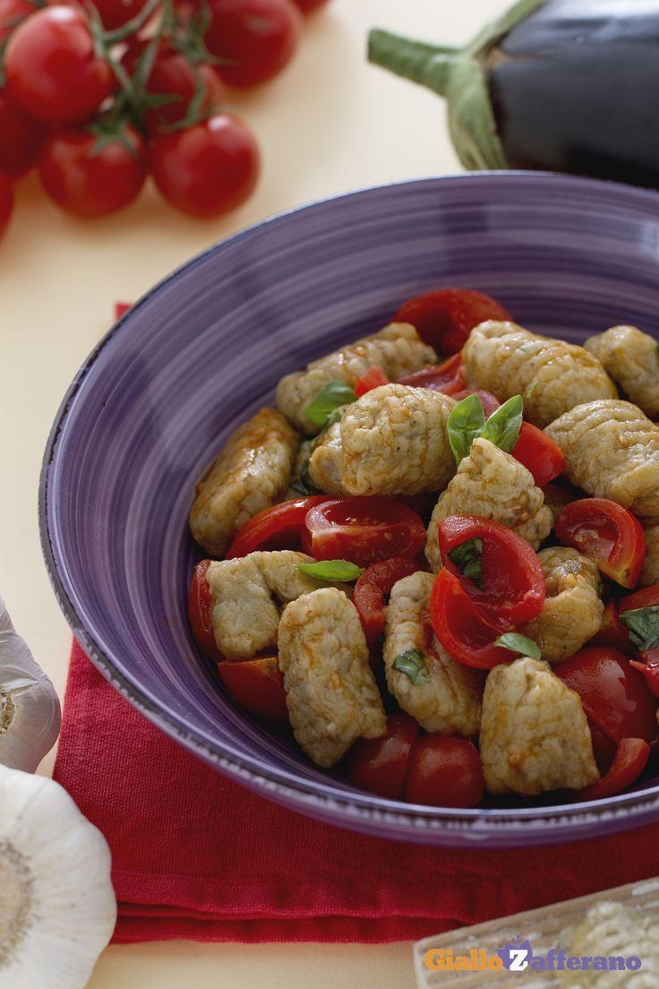 Gli #gnocchi di #melanzane con pomodorini e basilico (eggplant gnocchi with fresh tomato basil sauce) sono un primo piatto davvero prelibato! #ricetta #Giallozafferano #italianfood #recipe #dumplings