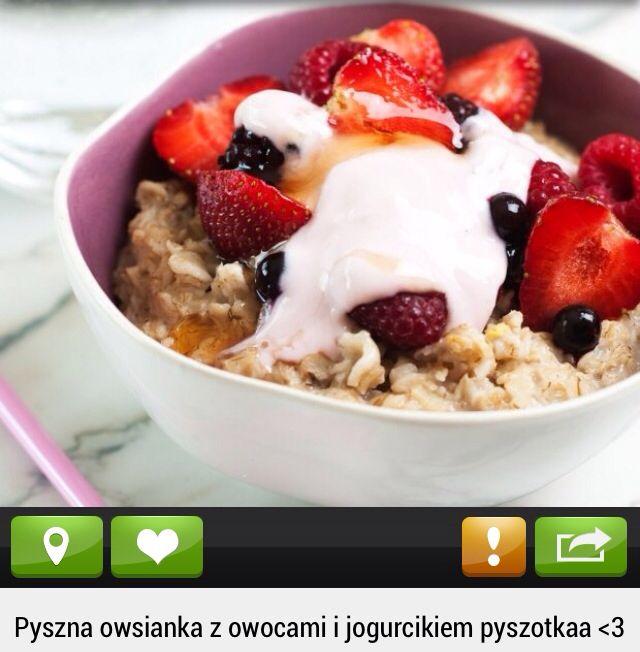 Owsianka z jogurtem naturalnym i owocami