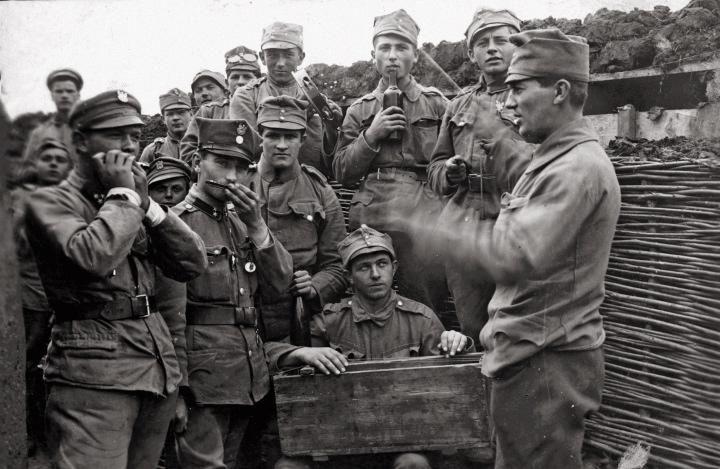 II Brygada na froncie wschodnim w Bukowinie – legioniści grający na prostych instrumentach, 1915 rok